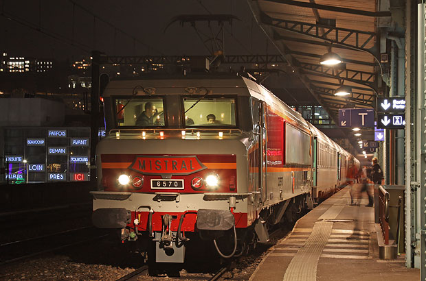 Comboio especial para a festa das Luzes, de Lyon, com uma placa de um célebre comboio que pertenceu às CC 6500. Foto: APCC 6570.